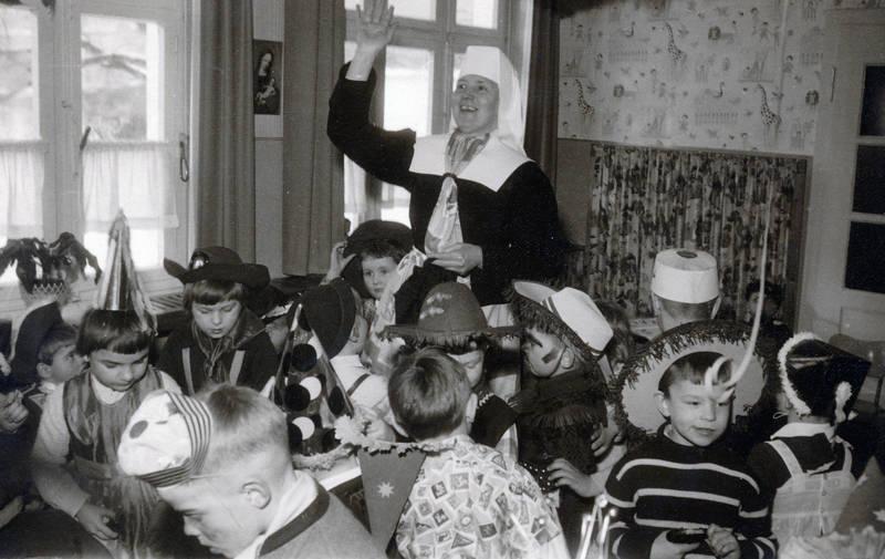 Fasching, fastnacht, Fenster, karneval, Kindheit, Klassenzimmer, Kostüm, lehrer, verkleidung