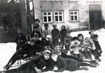 Kinder mit Schlitten