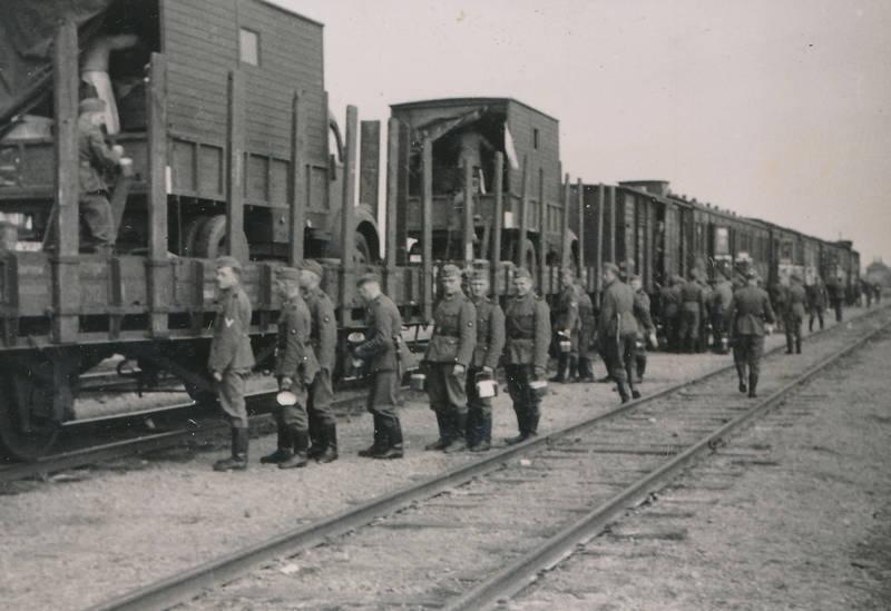 2.Weltkrieg, anstehen, Essensschlange, Rungenwagen, Schienen, soldat, Uniform, zug