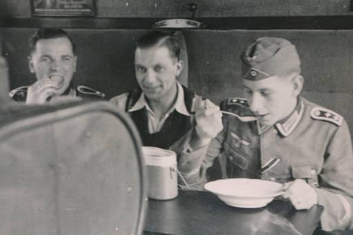 Soldaten speisen im Zug