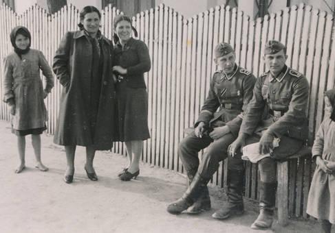 Zwei Soldaten auf der Bank