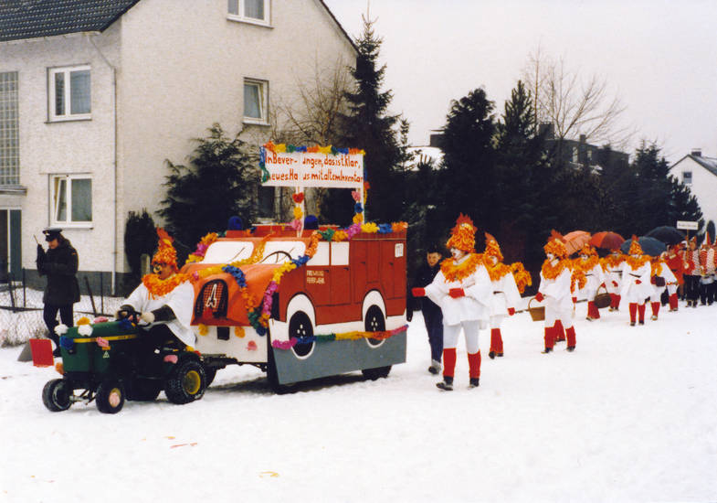 Feuerwehr, Feuerwehrmann, Freiwillige Feuerwehr, haus, Inventar, Kostüm, Rasenmäher, schnee, traktor, verkleidung
