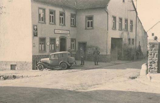 Soldaten vor dem Gasthaus