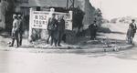 Soldaten vor einem Wegweiser