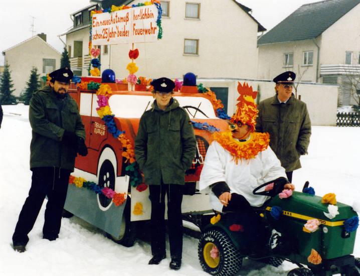 Feuerwehr, Feuerwehrmann, Freiwillige Feuerwehr, haus, Kostüm, schnee, traktor, verkleidung