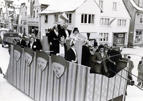 Karnevalswagen in der Stadt