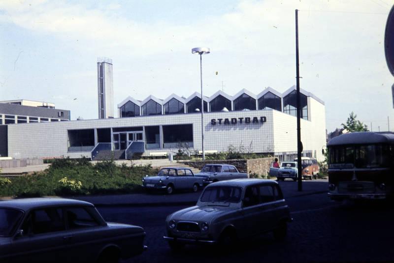 auto, Hallenbad, KFZ, Koblenz, PKW, rekord-a, renault-r4, schwimmbad, Stadtbad, straße, VW-Bulli