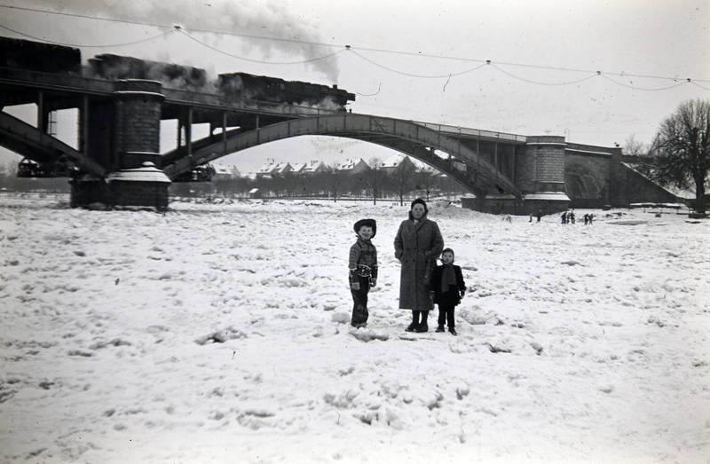 An der Gülser Eisenbahnbrücke, ausflug, brücke, Eis, Eisenbahnbrücke, Gülser Eisenbahnbrücke, Januar 1963, Kindheit, Koblenz, Mosel, schnee, winter