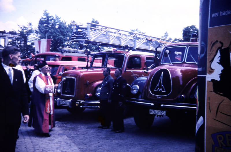 Autoweihung, fahrzeug, Fahrzeugsegnung, Feuerwehr, feuerwehrauto, Feuerwehrmann, Kastorplatz, KFZ, Koblenz, Pfarrer, Pfingsten 1959, Weihung
