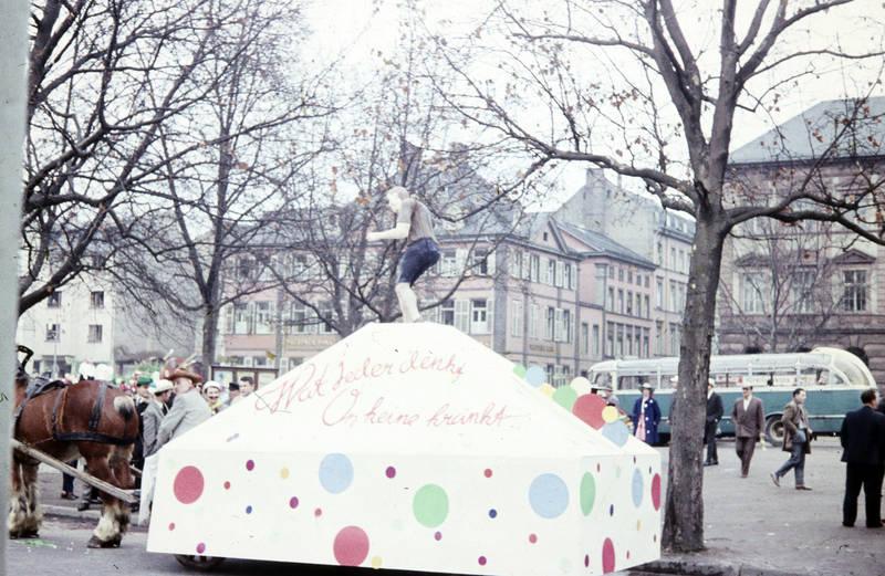 bus, Clemensplatz, Fasching, fastnacht, karneval, Karnevalswagen, KFZ, Mottowagen, Pferd, Poststraße