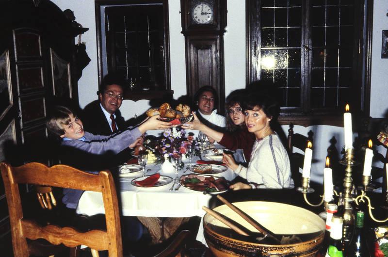 Brille, brötchen, essen, familie, Fenster, Kerze, kerzenständer, standuhr, tisch, uhr