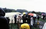 Vor einem Zelt mit Regenschirm