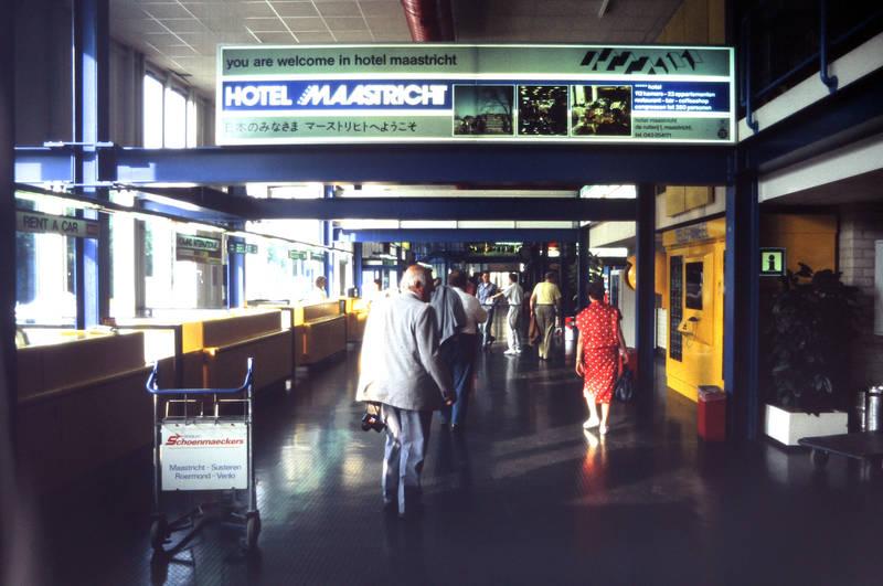Aachen, Airport, Eingangshalle, Flughafen, Hotel, Hotel Maastricht, leuchtschrift, Maastricht, niederlande, Schild, you are welcome in hotel maastricht