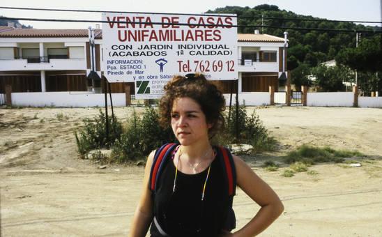 Frau vor einem Schild