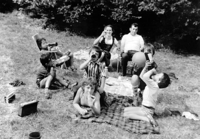 ball, Decke, Flasche, Gartenstuhl, getränk, kinder, Kindheit, Kniestrümpfe, picknick, picknickdecke, Radio, Radiogerät, sandalen, transistorradio, trinken
