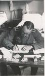 Soldat am Schreibtisch