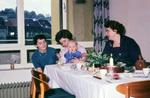 Am Tisch mit Baby