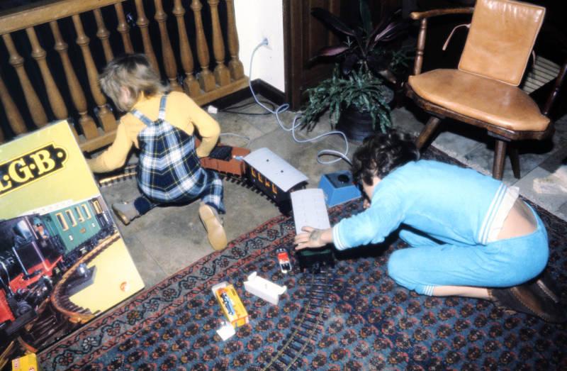 hausschuhe, Kindheit, LGB, Modelleisenbahn, Spielzeug, Spielzeugeisenbahn, Stuhl, Teppich