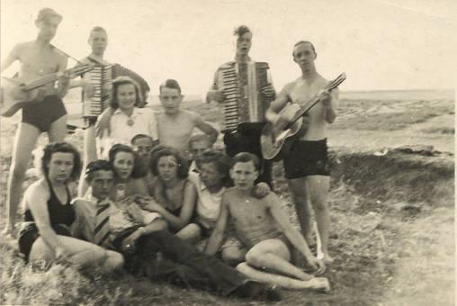 Gruppe am Strand mit Gitarre