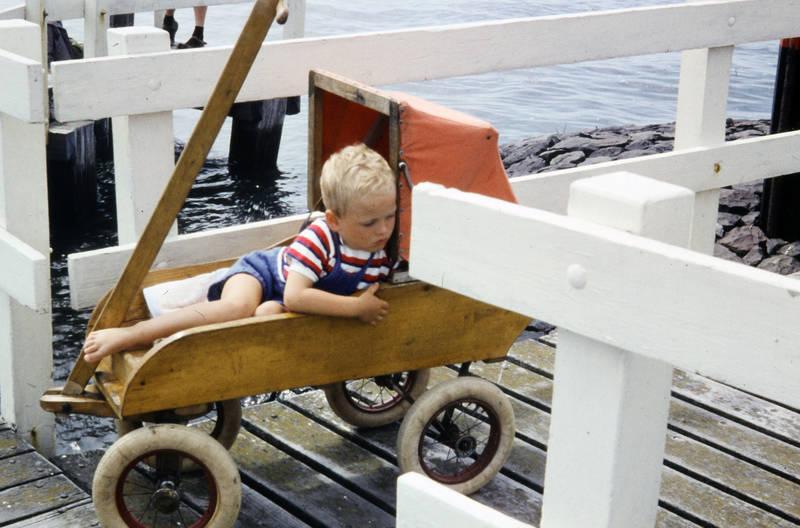 Barfuß, gewässer, Hafen, holz, kinderwagen, Kindheit, Sandalen mit Socken, Steg