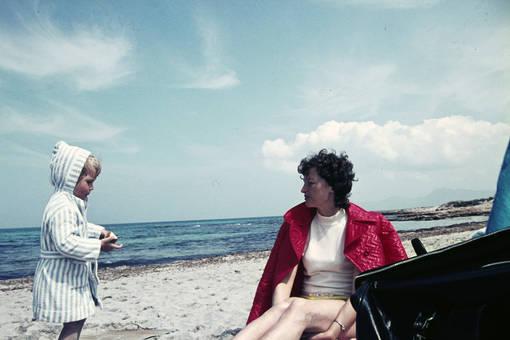 Frau mit Kind am Strand