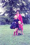 Mit zwei Kindern auf der Wiese