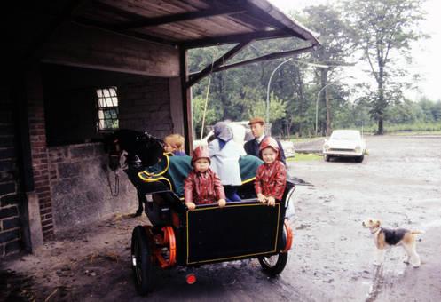 Kinder auf dem Wagen