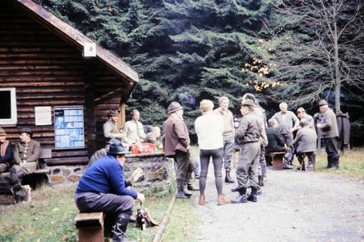 Vor der Jagdhütte