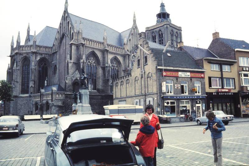 Anglo-Belge, auto, belgien, Cafe du Tram, citroen-ds, flandern, Grote Markt, KFZ, Kindheit, kirche, kofferraum, PKW, Poperinge, straße