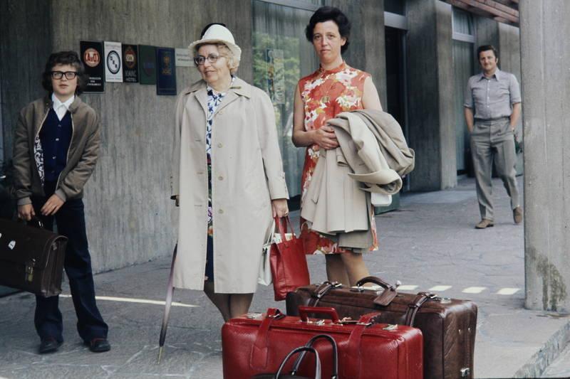 bahnhof, Flughafen, Gepäck, Jacke, regenschirm, werbung