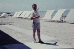 Mann zeigt auf das Meer