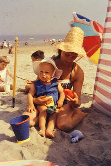 Frau mit Strohhut und Kind
