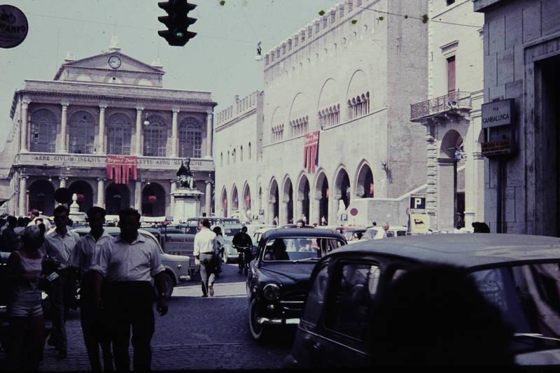 auto, KFZ, palast, PKW, Rimini, Stadtplatz, statue, straße