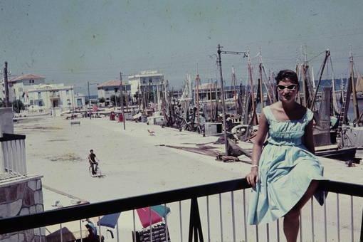 Frau auf einem Geländer