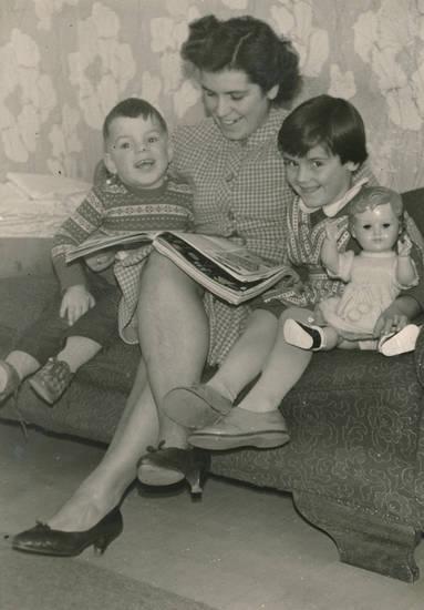 familie, Kindheit, lachen, Lesen, puppe, sofa, Spielzeug, Zeitschrift