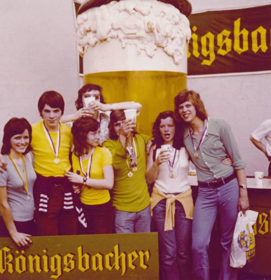 Bier, Brauerei, Jugendliche, königsbacher, orden, Reklame, trinken, webung