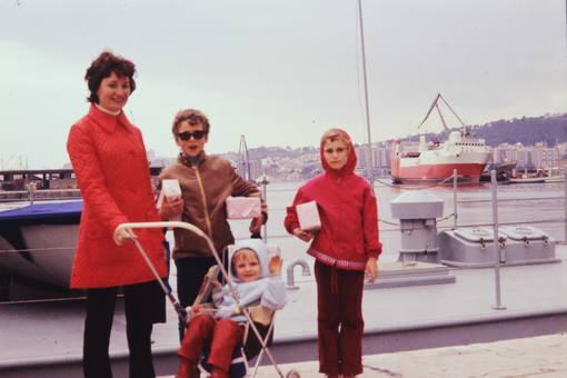 Frau mit Kindern am Schiff