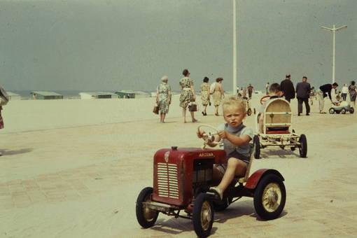 Junge auf Spielzeugtraktor