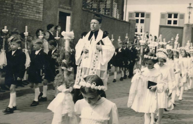Erstkommunion, Kindheit, Kommunion, Kommunionkind, Pfarrer, Prozession