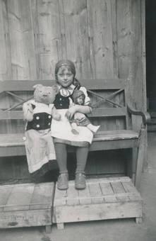 Mit Teddy und Puppe
