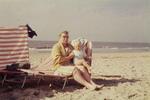 Frau mit Kleinkind am Strand