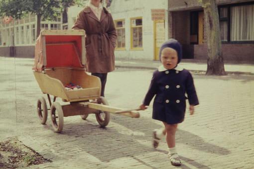 Kleinkind mit Kinderwagen