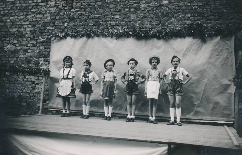 Aufführung, Kindheit, Kostüm, lederhose, Mainz-Kostheim, Pfarrfest, theater, verkleidung