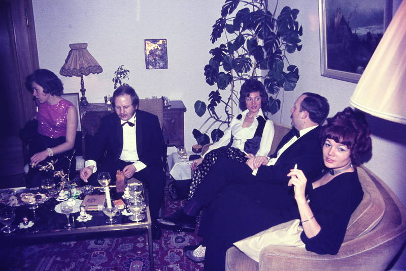 feier, frisur, gesellschaft, Glas, mode, rauchen, silvester, sofa, tisch, trinken, zigarette