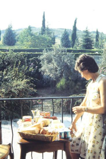 Baguette, Balkon, brotkorb, essen, Geländer, Joghurt, kleid, mahlzeit, tisch