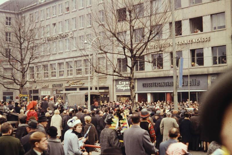 Aachen, baum, deutsche angestellten krankenkasse, Friedrich-Wilhelm-Platz, geschäft, großversandhaus quelle, haus, karneval, karnevalsumzug, Kostüm, laden, Ladenlokal, rosenmontag, verkleidung