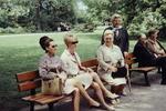 Frauen auf einer Parkbank