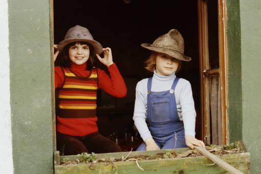 Zwei Kinder mit Jagdhüten
