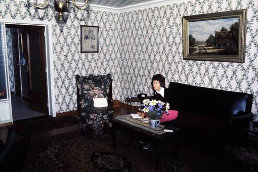 Frau im Zimmer