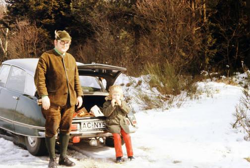 Vor dem Auto im Schnee